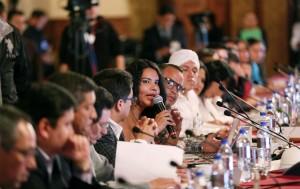 Diane Rodriguez en la quinta reunión LGBT con rafael correa presidente de ecuador