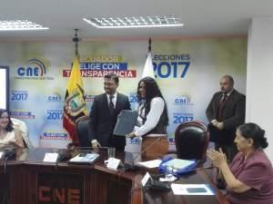 Diane Rodriguez recibe acta de Juan Pablo Pozo del Consejo Nacional Electoral CNE en favor de los LGBT