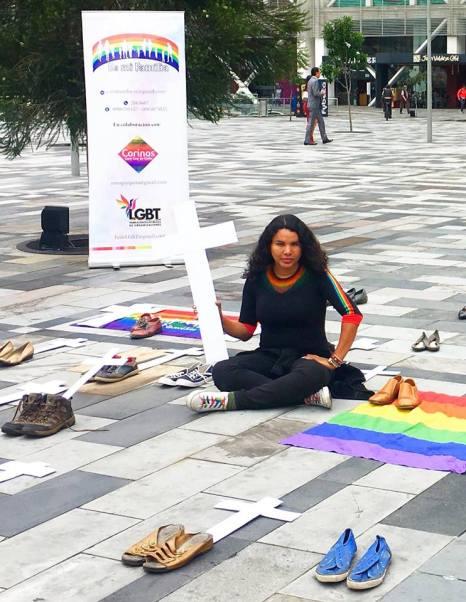 Iniciativa Zapatos diversos por asesinatos LGBT ecuador Asociación Silueta X Federación ecuatoriana Diane Rodriguez cruz muertos (4)